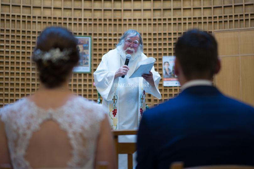 Le père noël est un curé