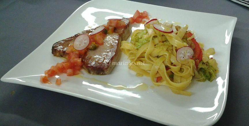 Steak de thon rouge mi cuit, tagliatelles et légumes en chaud froid