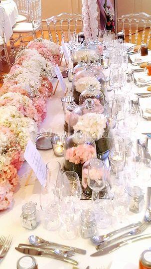 Chemin de table fleurs sous cloches