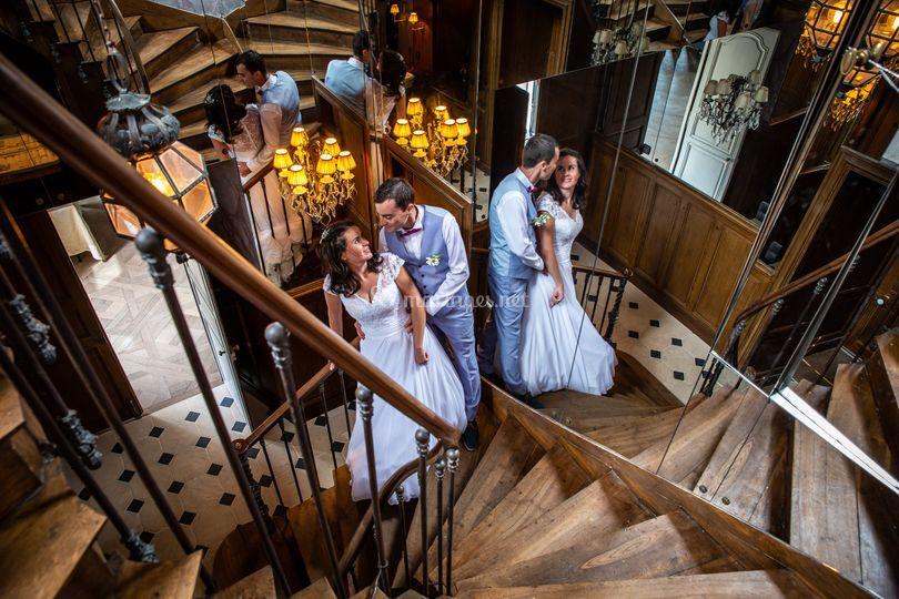 Couple dans l'escalier