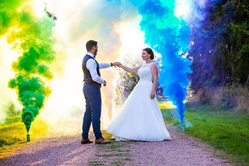 Mariés avec fumigènes