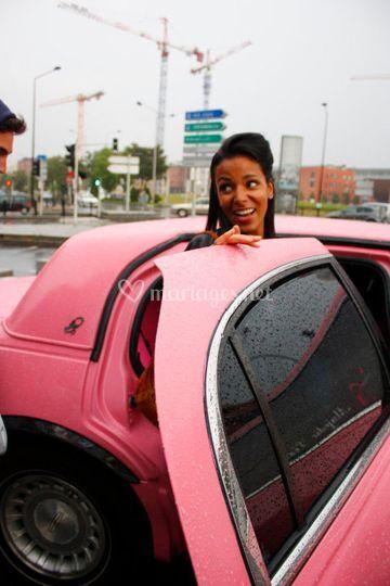 Shy'm avec la Limousine rose