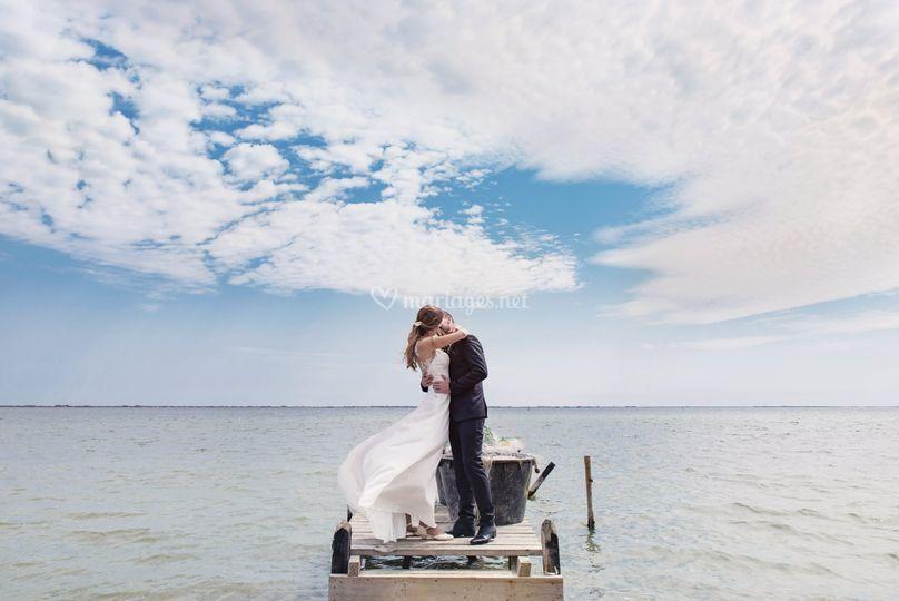 Les Mariés au bord d'un étang