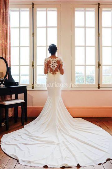 Robe de dos à la fenêtre