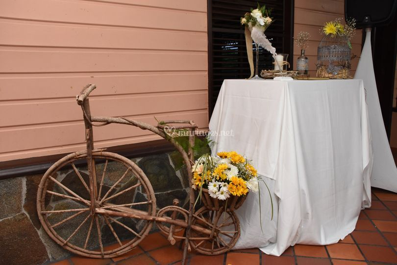 Vélo fleuri mariage champêtre