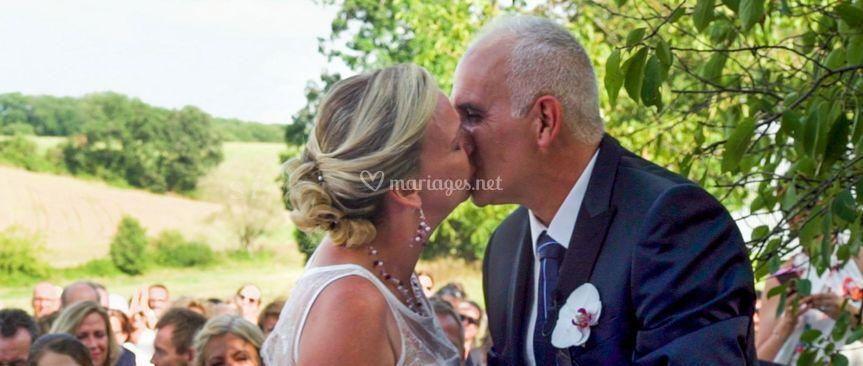 Vouspouvez embrasser la mariée