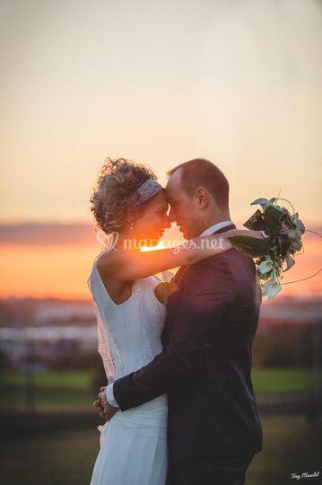 Mariés au coucher soleil