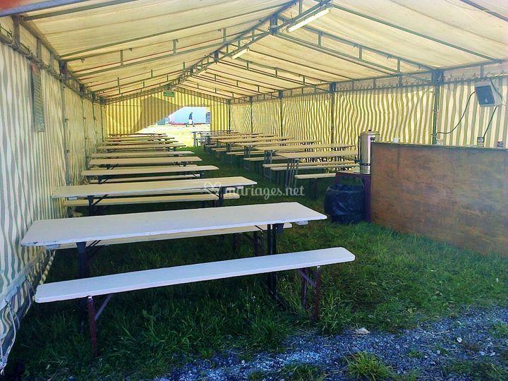 Tables et bancs sous tente