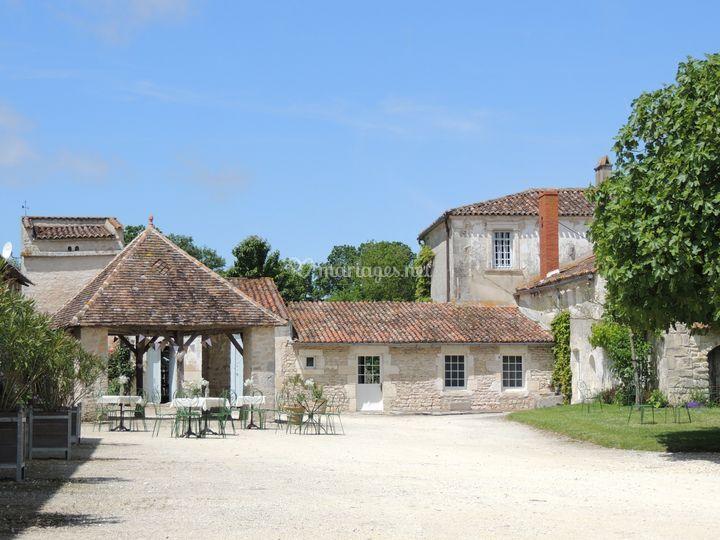 La salle et la charretterie de Domaine du Bois Photos # Domaine Du Bois Saint Laurent De La Prée