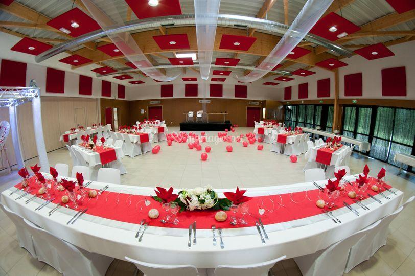 Salle blanche et rouge