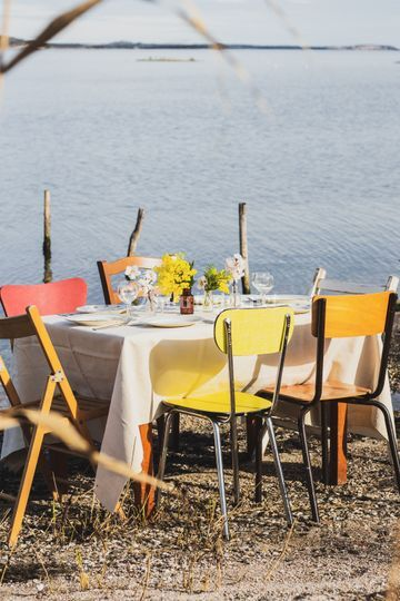 Une table au bord de l'eau