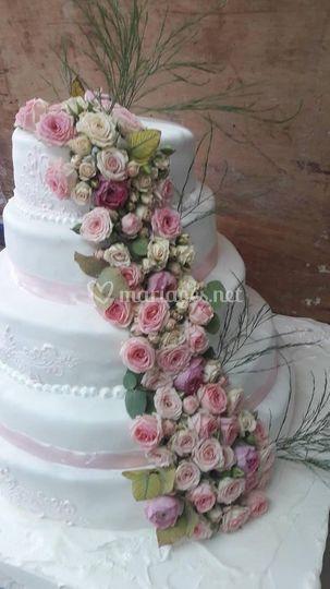 Weeding cake cascade de fleurs