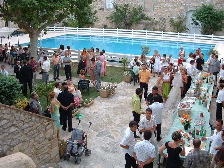 La terrasse qui longe la piscine