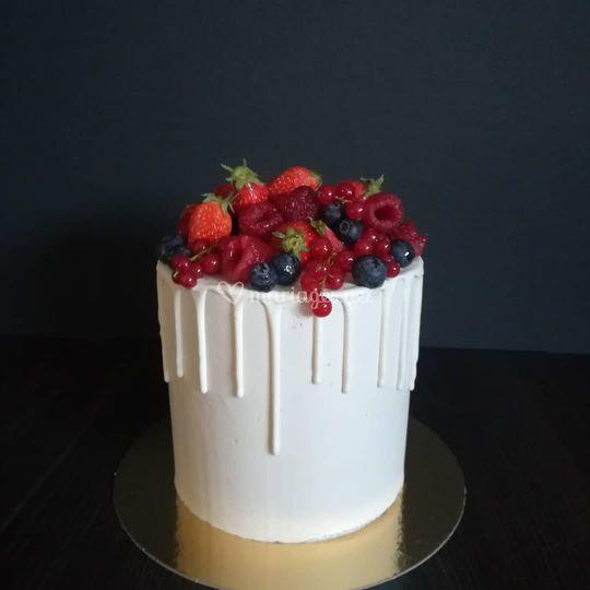 Red berries drip cake