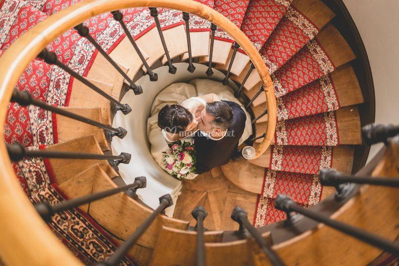 Mariés complices escalier