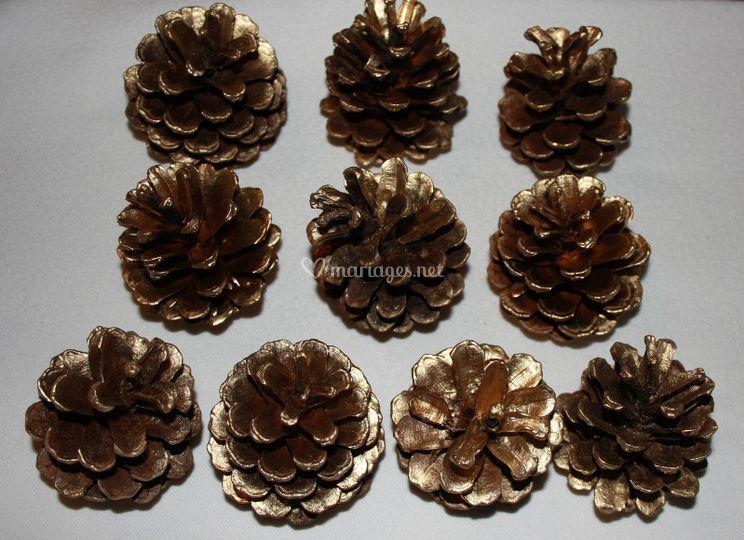 Pommes de pin dorées ou naturelles