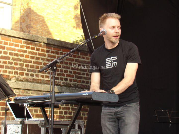 Romain au clavier et guitare