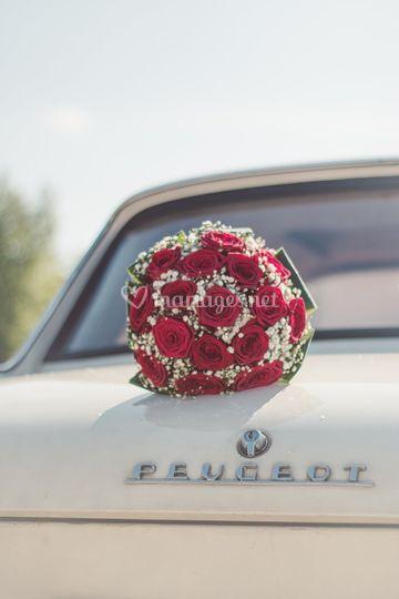 Bouquet et véhicule des mariés