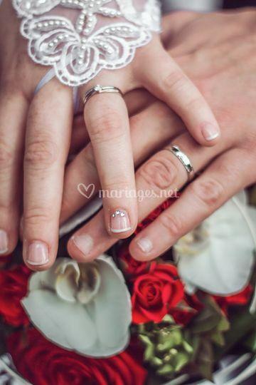 Alliance aux doigts des mariés