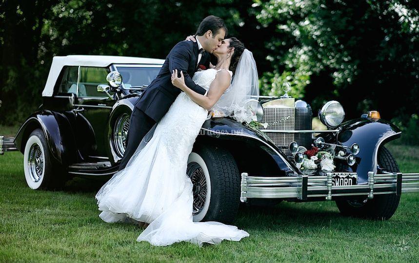 De beaux mariés amoureux