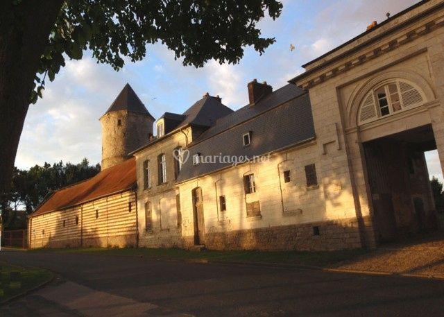 Château de Flesselles - la place et le Porche d'entrée