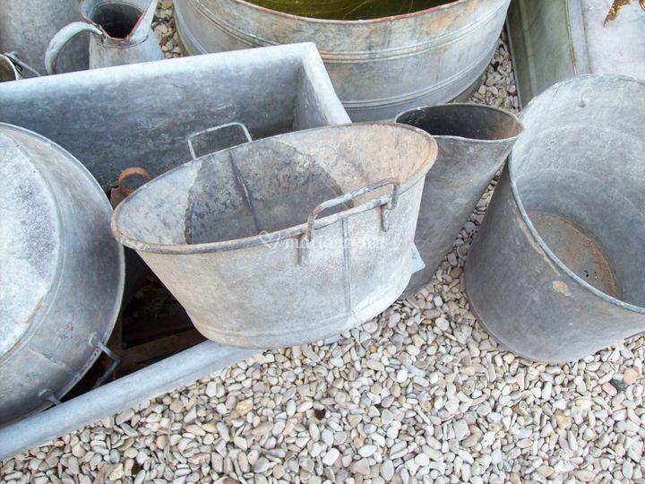 Des bassines en zinc à enrubanner pour accueillir bouteilles ou plantes