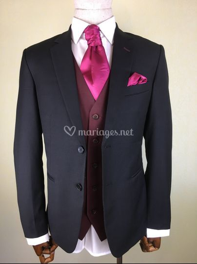 Framboise sur costume noir