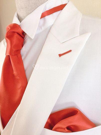 Rouge sur costume blanc