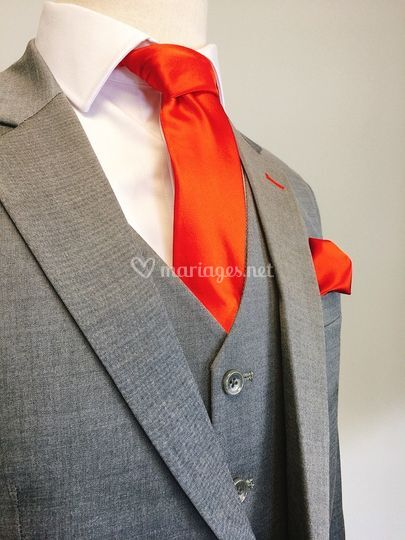 Rouge sur costume gris