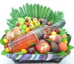 Corbeille de fruits et vin