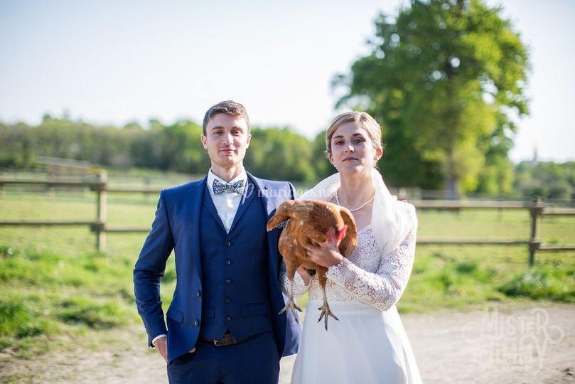 Photo de couple avec une poule