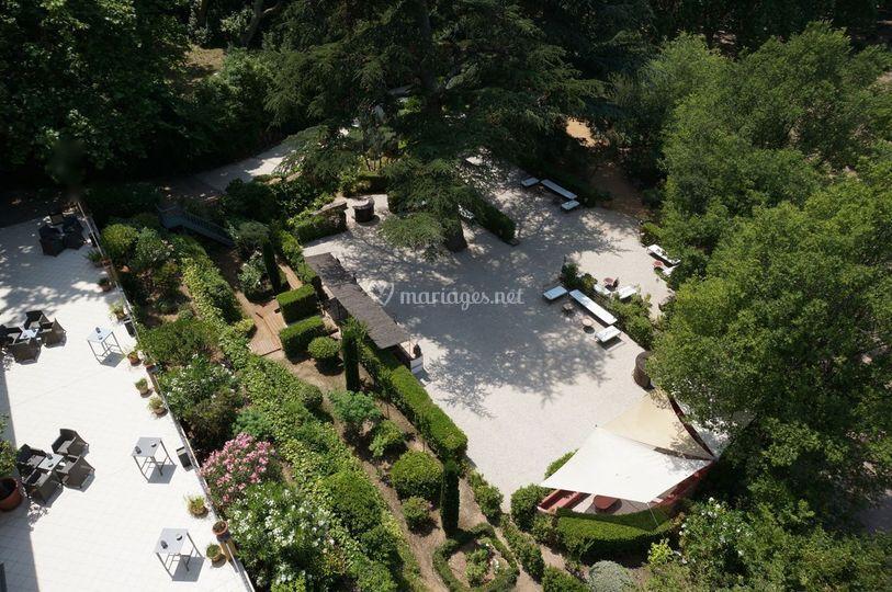 le terrasse et le jardin a rien de la magnanerie de saint. Black Bedroom Furniture Sets. Home Design Ideas