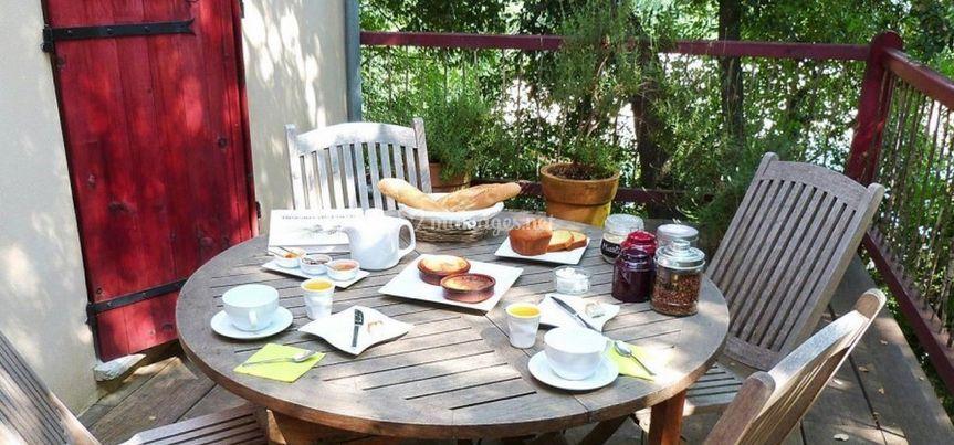 Déjeuner sur la terrasse