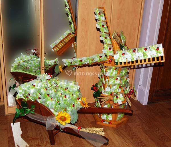 Moulin et brouette décorés de boîtes à dragées