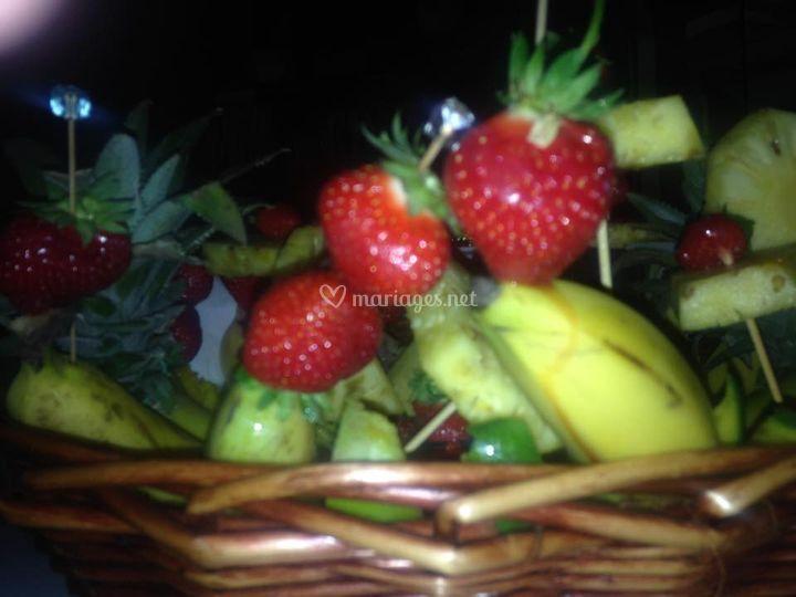 Détail brochettes de fruits