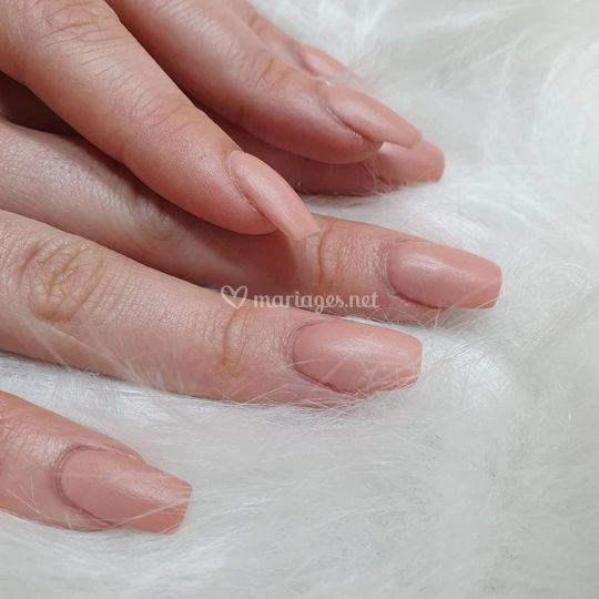Pose d'ongles gel nude