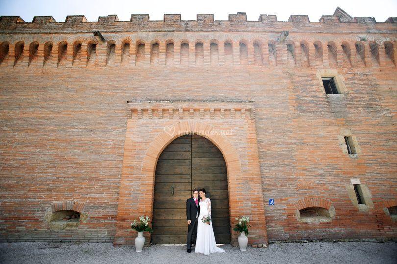 Marié devant le château
