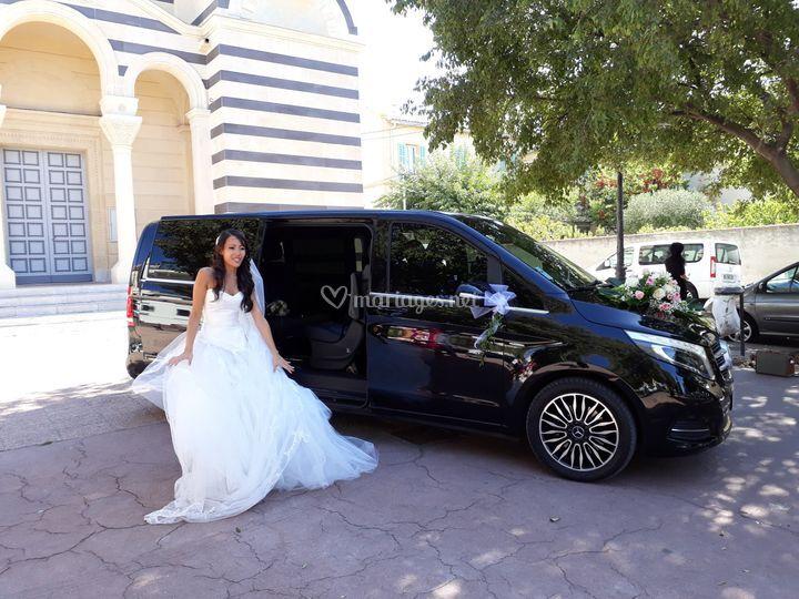 La mariée devant le véhicule