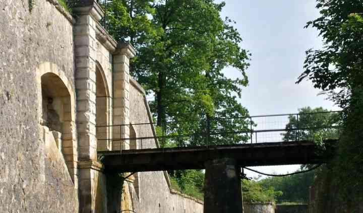 Entrée par un pont levis