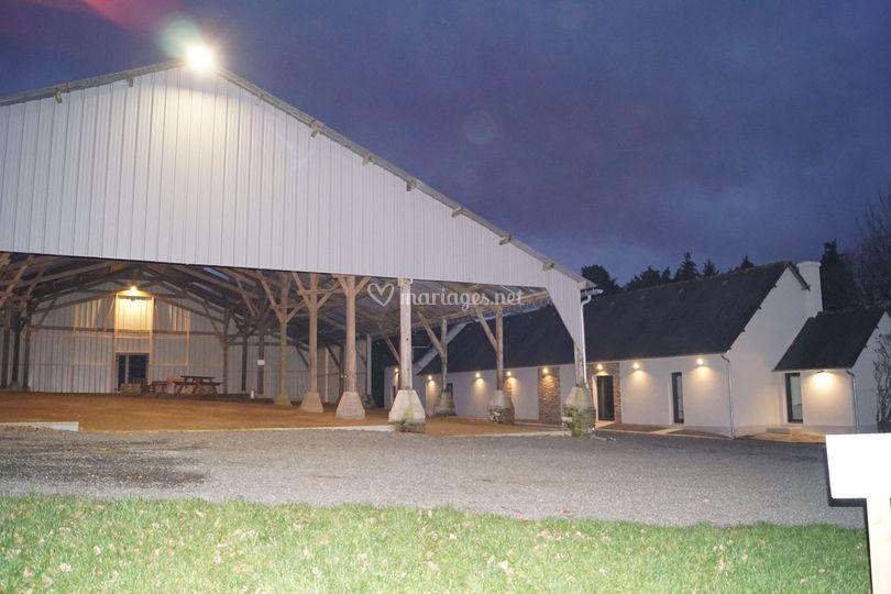 Hangar et salle de nuit