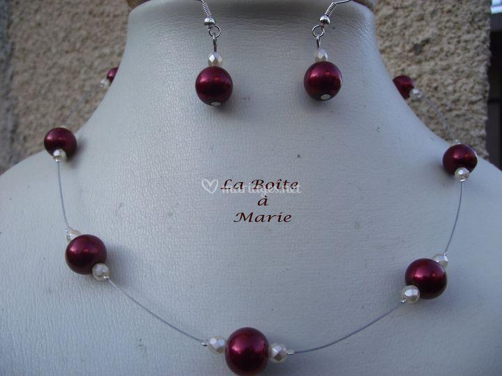 Perles rouges nacrées en verre ,facettes crèmes ,cable et fermoir toggle coeur argentés BO assorties...