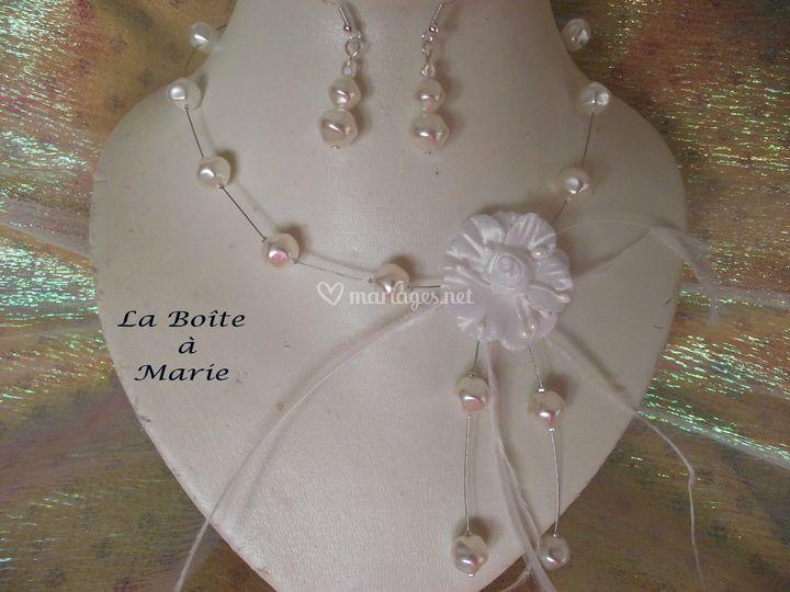 Fleur blanche en tissus Nuggets blancs nacrés en verre Plumes d'autruche et de coq Cable et fermoir...