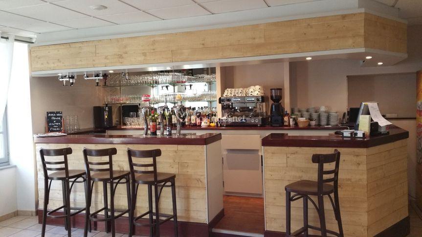 Le bar, à côté de l'entrée