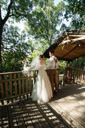 Mariés cabane dans les arbres