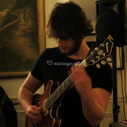 Baptiste à la guitare