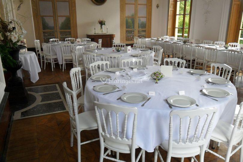 Salle à manger avec les tables