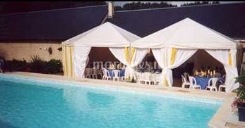 Tente devant piscine