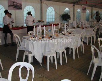 Chaises et tables pour réception en intérieur