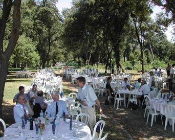 Chaises et tables pour réception en plein air