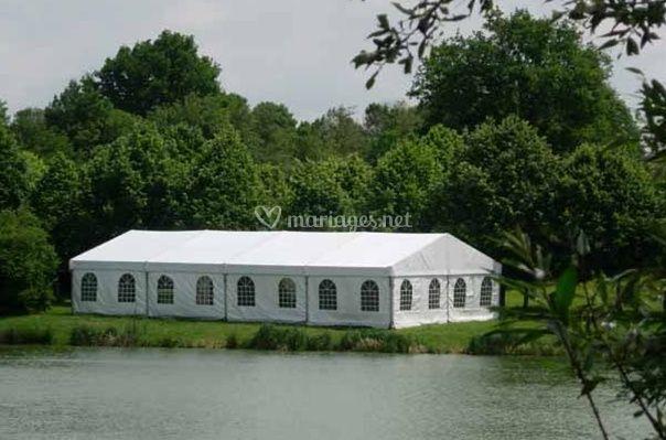 Tente pour mariage près du fleuve